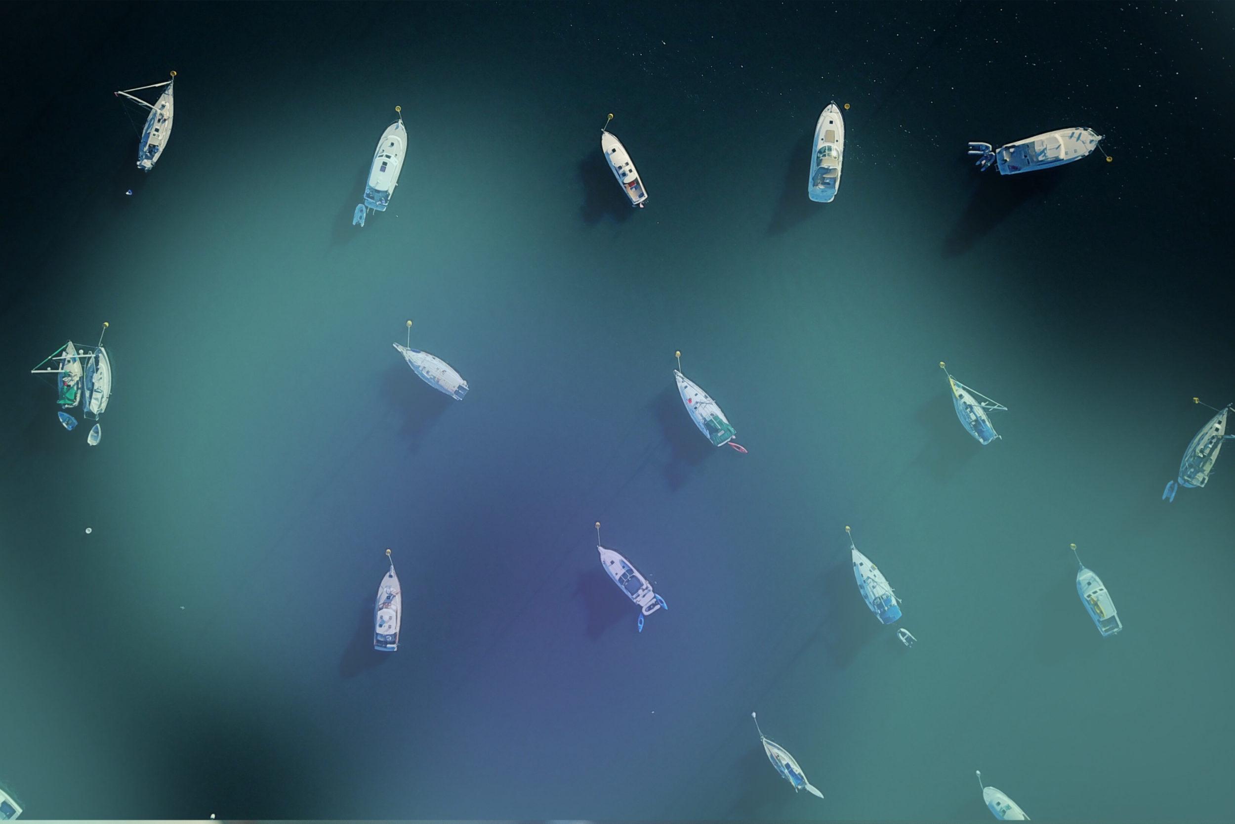 Boote von oben auf einem See