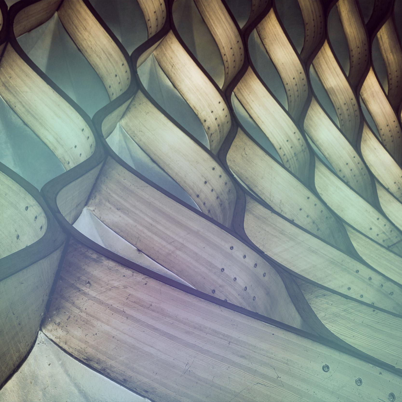 Bild einer Holzkonstruktion in Wellenlinien