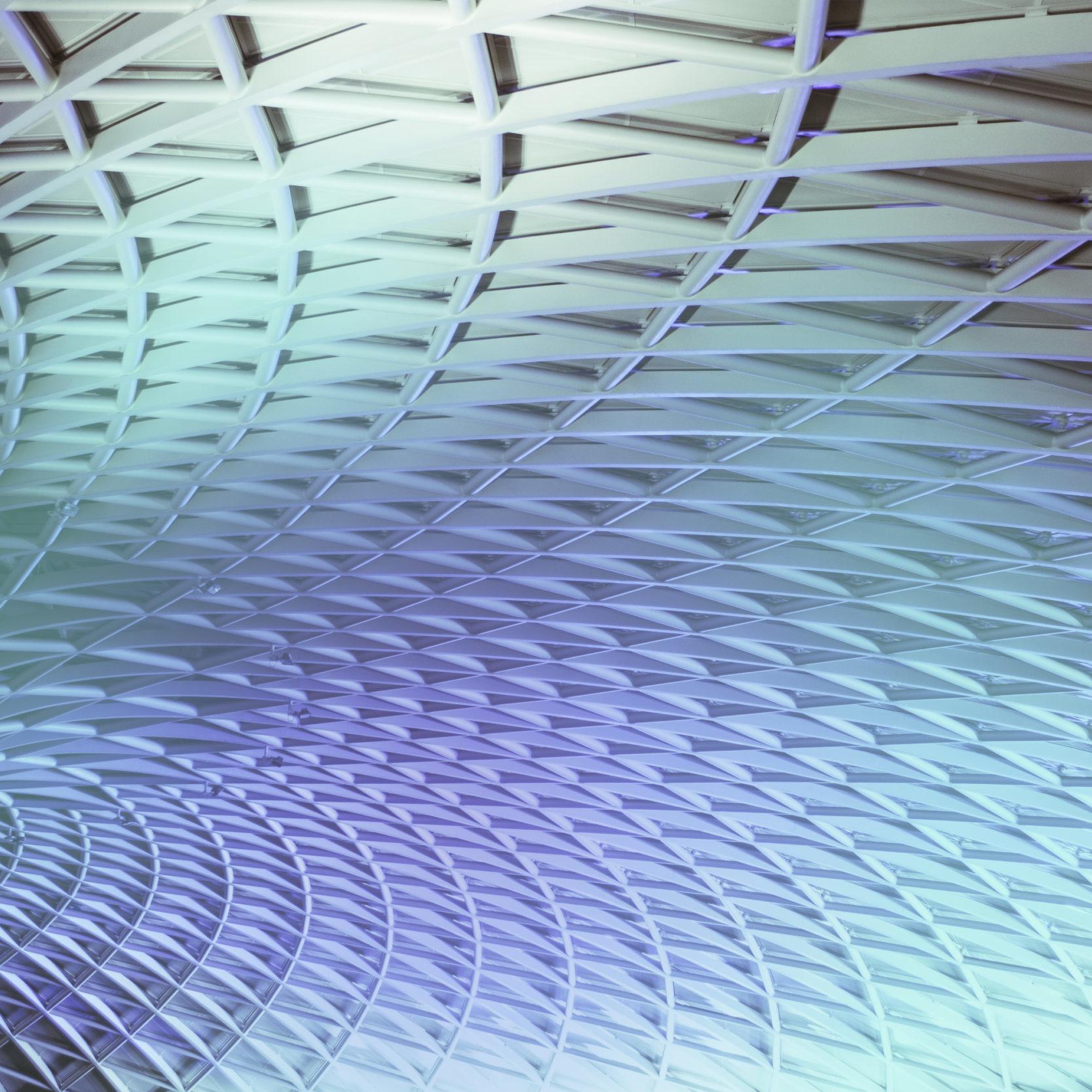 Bild eines gebogenen Daches mit Vertrebungen und Lichteffekten