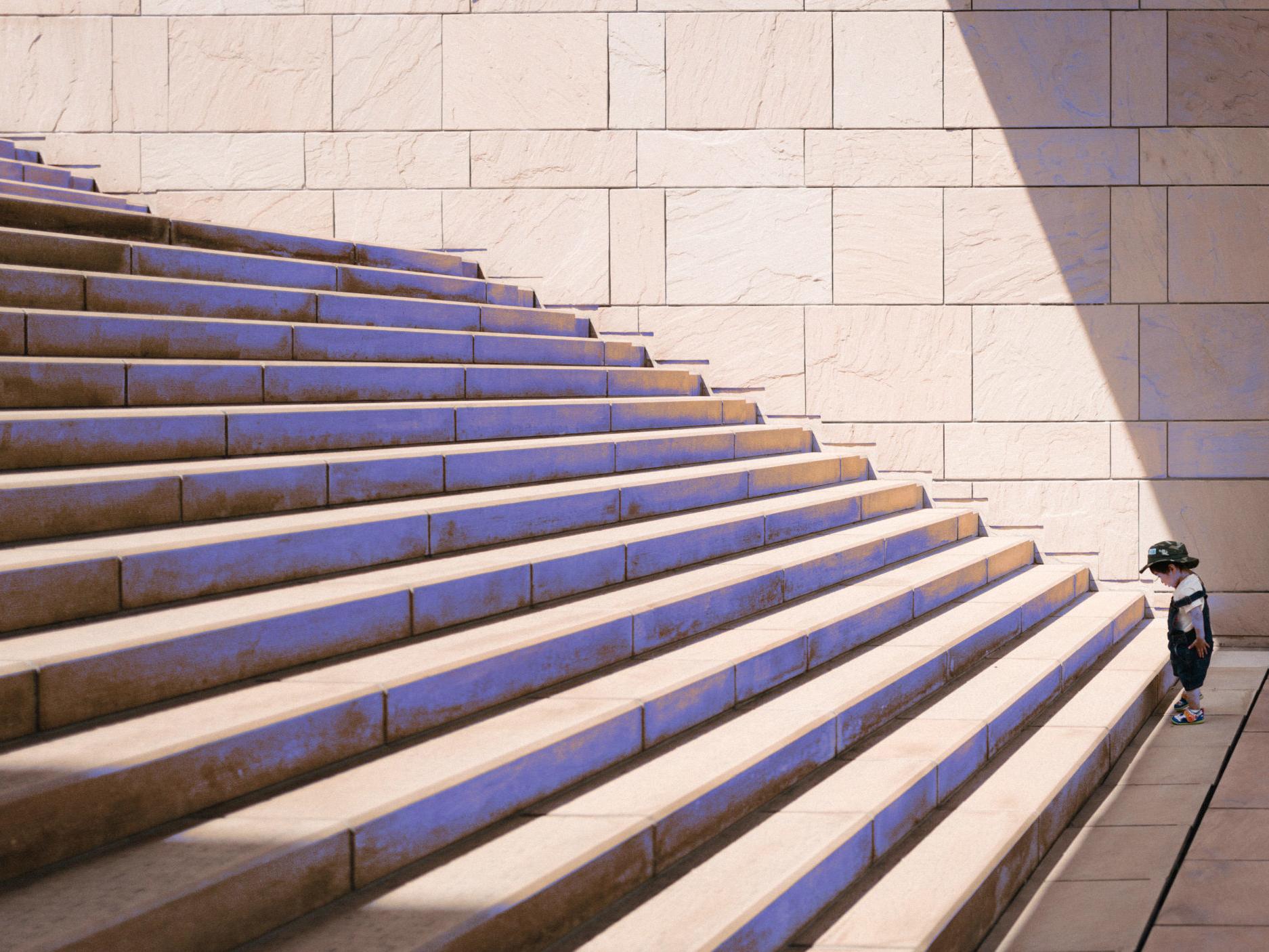 Kleiner Junge am Fuße einer aufsteigenden Treppe für SAP BW Upgrade Training