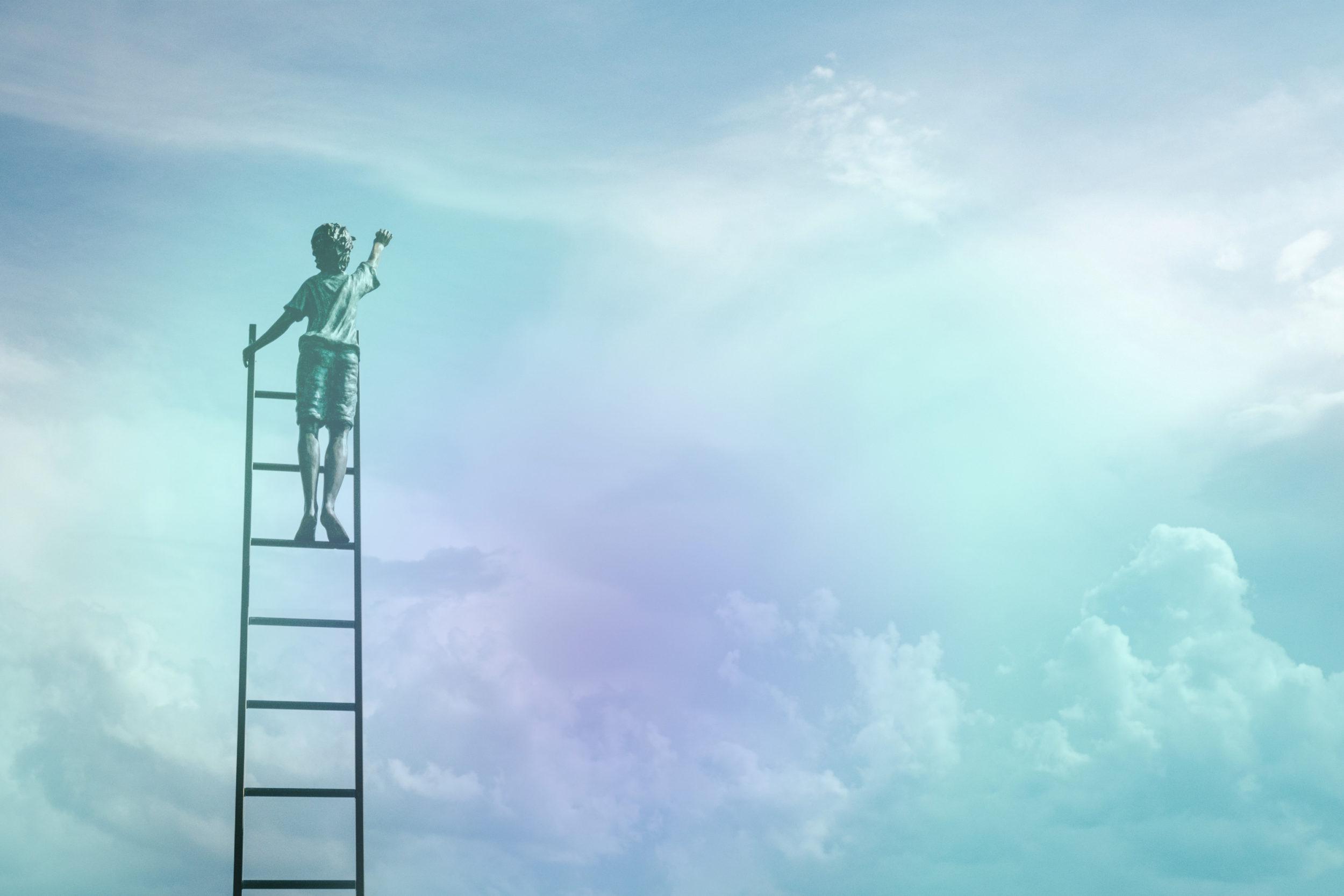 Figur auf Leiter, die in Himmel reicht vor Wolken