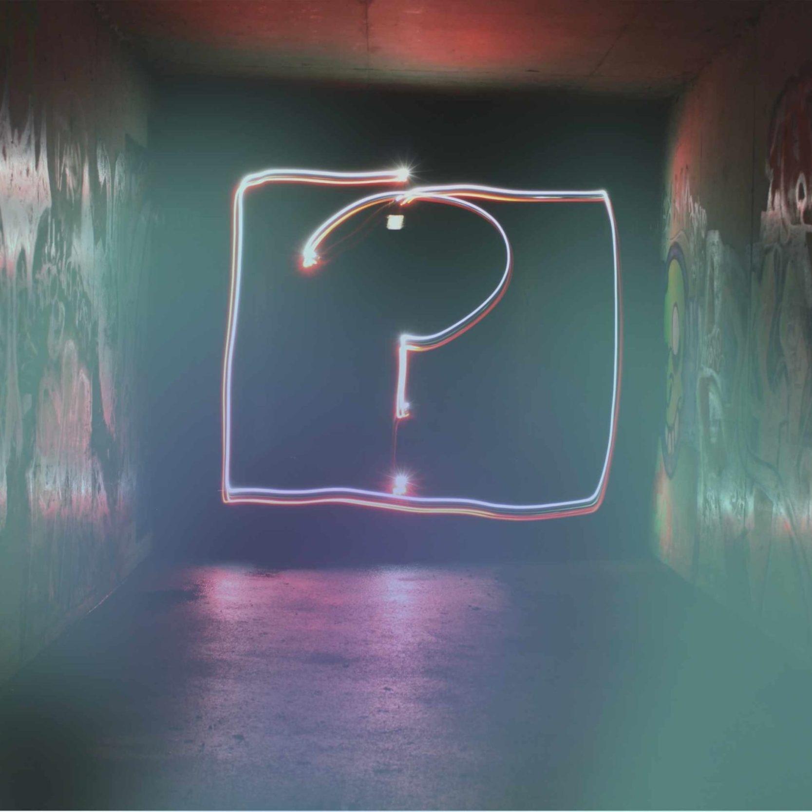 Fragezeichen aus Licht zur Frage Business Intelligence oder Business Analytics