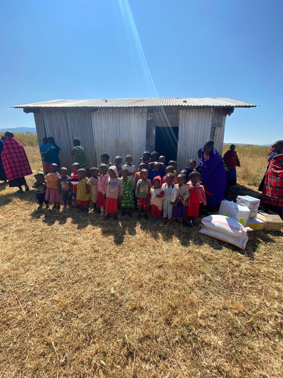 Hütte mit Kindern und Essenspaketen